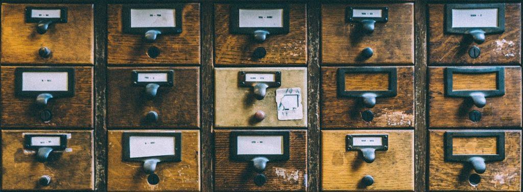 Armário com gavetas iguais